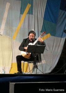 Il chitarrista Davide Sciacca durante l'esecuzione del brano